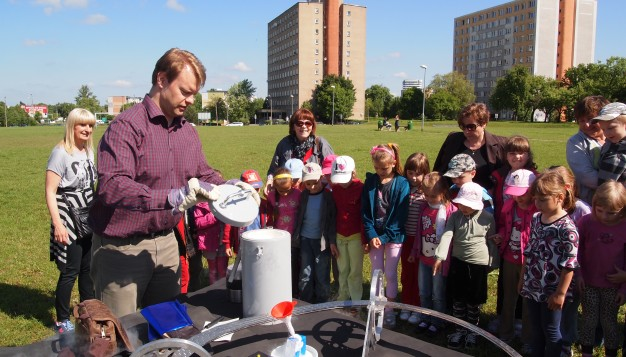 Vegard Stornes Farstad from SRD presents the Möbius Maglev Train for a group of schoolchildren at the science fair by Bialystok Technical University