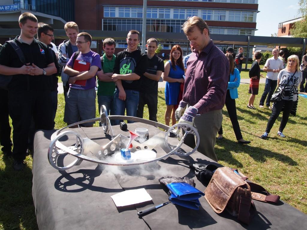 Vegard Stornes Farstad z SRD wyjaśniał fizykę kwantową grupie studentów Politechniki Białostockiej przy pomocy pociągu Möbius Maglev. Zdjęcie dzięki uprzejmości SRD.