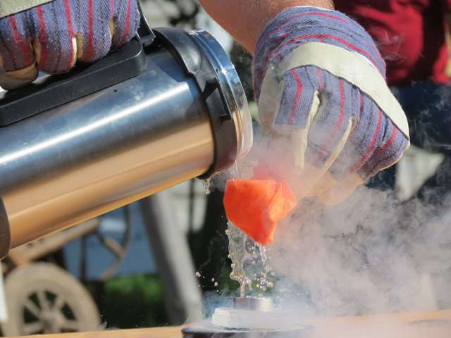 Vegard Stornes Farstad from SRD during the science picnic at Garncarska Wioska near Nidzica, demonstrating the extreme coldness of liquid nitrogen by cooling a balloon until the air inside becomes liquid, making the balloon shrink dramatically. Photo courtesy of Gazeta Olsztynska.