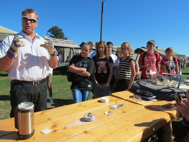Vegard Stornes Farstad from SRD explains quantum levitation of magnets above superconductors (note the different setups on the table) during the science picnic at Garncarska Wioska near Nidzica. Photo courtesy of Gazeta Olsztynska.